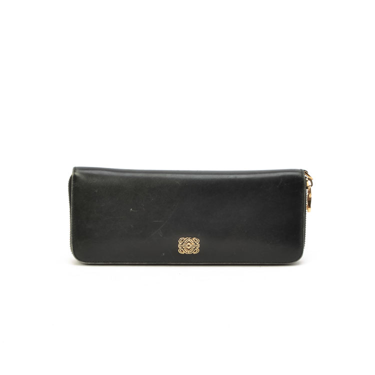 6d7c2cdfa0 The authenticity of this vintage Loewe Long Zipper wallet is guaranteed by  LXRandCo. This chic card holder comes in beautiful black leather.