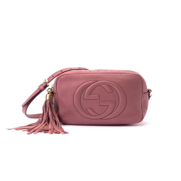 04e1ea2c70b ... Gucci Soho Disco Bag messenger   crossbody bag is guaranteed by  LXRandCo. This lovely messenger   crossbody bag in beautiful pink is made  of leather.
