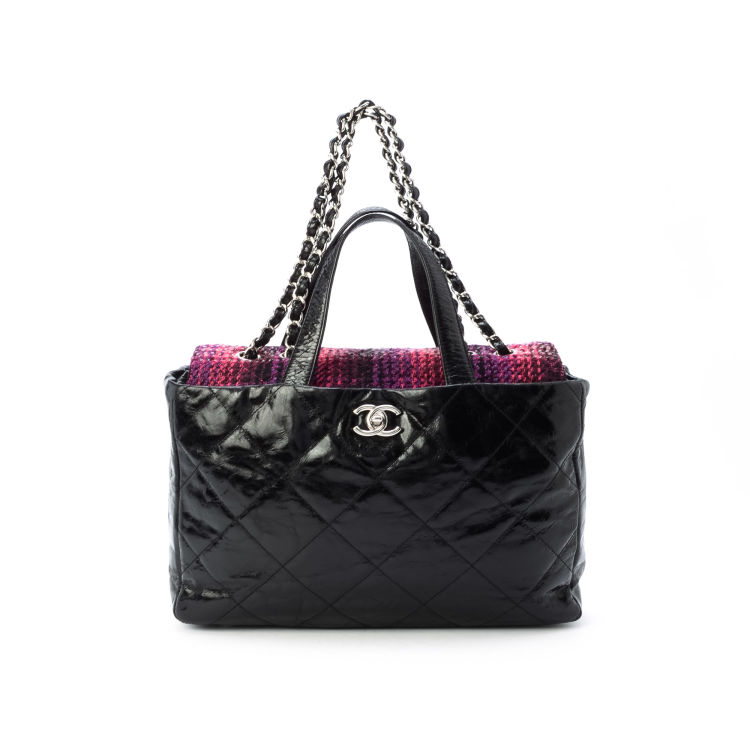 4eae957fc3ee0a LXRandCo guarantees the authenticity of this vintage Chanel 2 Way Bag  shoulder bag. This everyday bag in black is made of leather. Due to the  vintage nature ...