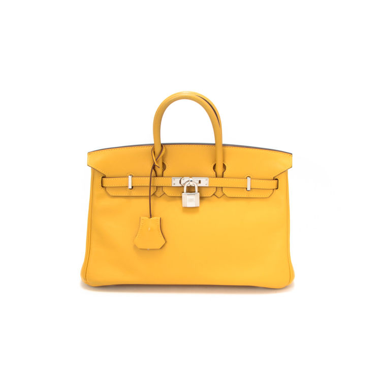 b55dc775cc9 The authenticity of this vintage Hermès Birkin 25 handbag is guaranteed by  LXRandCo. This beautiful bag in soleil is made of veau swift leather.