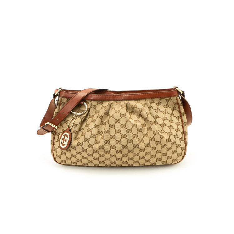 9c9fe19568fc The authenticity of this vintage Gucci Sukey tote is guaranteed by LXRandCo.  Crafted in fabric, this luxurious bag comes in beautiful beige .