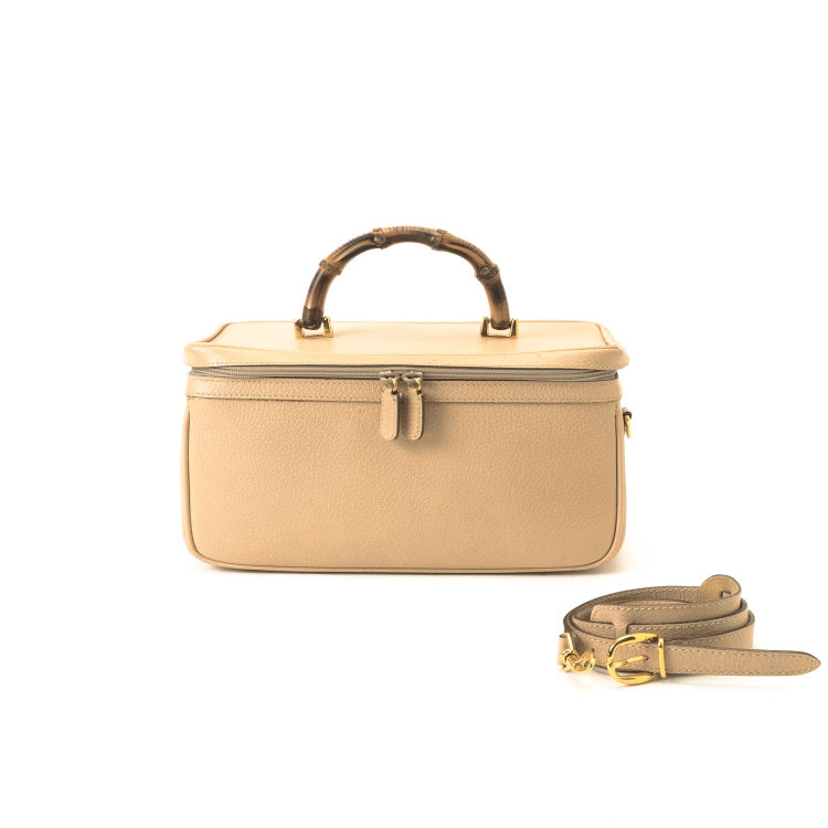 3b516ca1264f23 LXRandCo guarantees the authenticity of this vintage Gucci Bamboo Vanity  Bag vanity case & pouch. This refined cosmetic case in beige is made of  leather.
