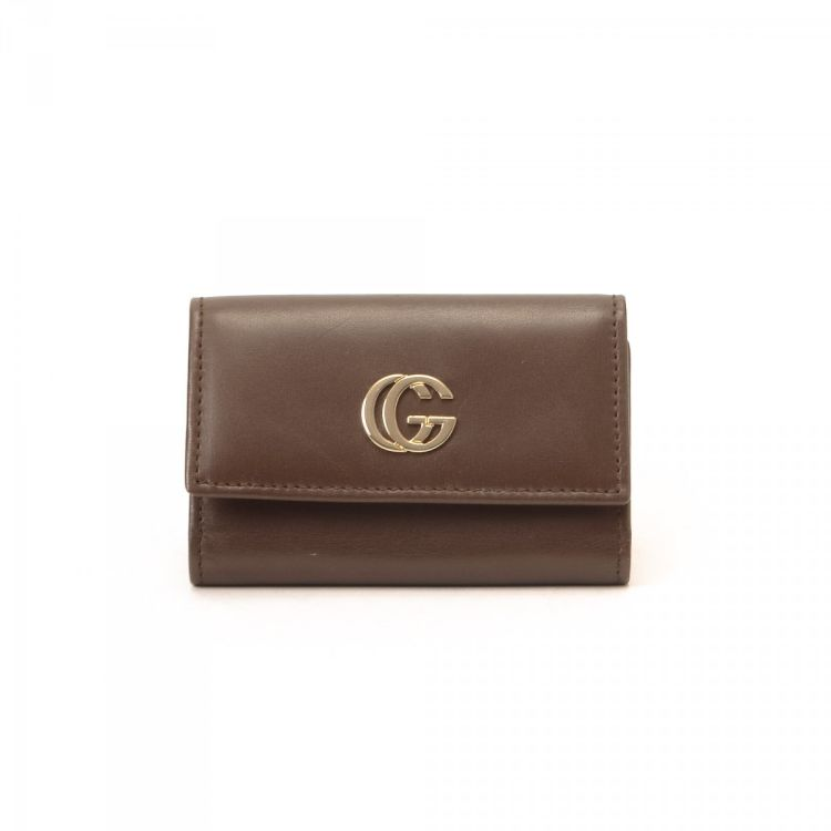 7851eec03ea The authenticity of this vintage Gucci key holder is guaranteed by  LXRandCo. This luxurious key ring case comes in beautiful brown leather.