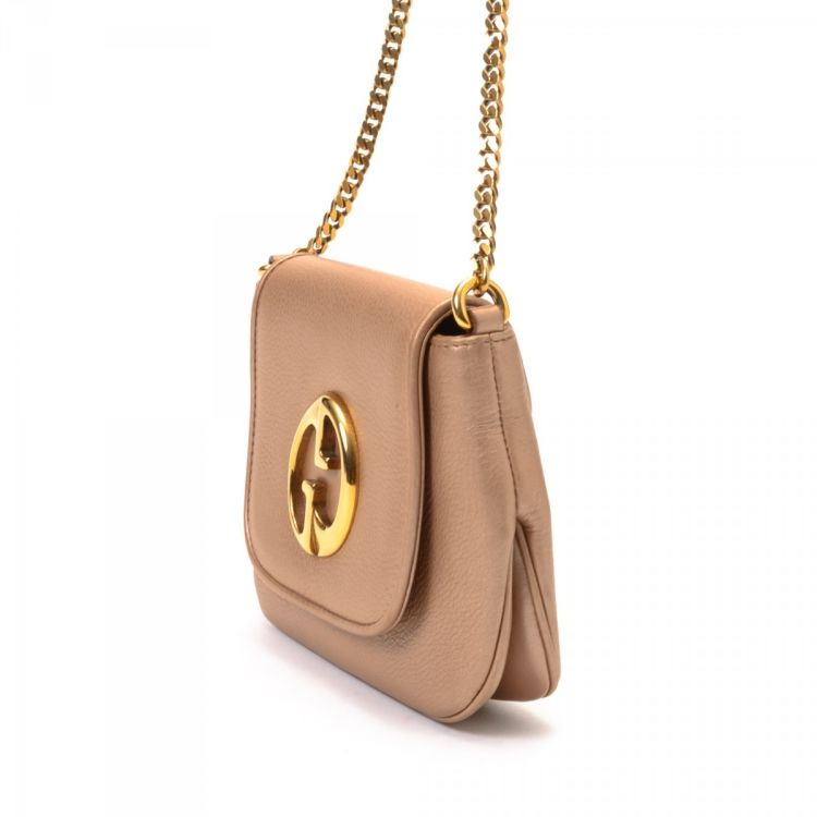 600dc5898b9 LXRandCo guarantees the authenticity of this vintage Gucci 1973 Chain  shoulder bag. Crafted in leather