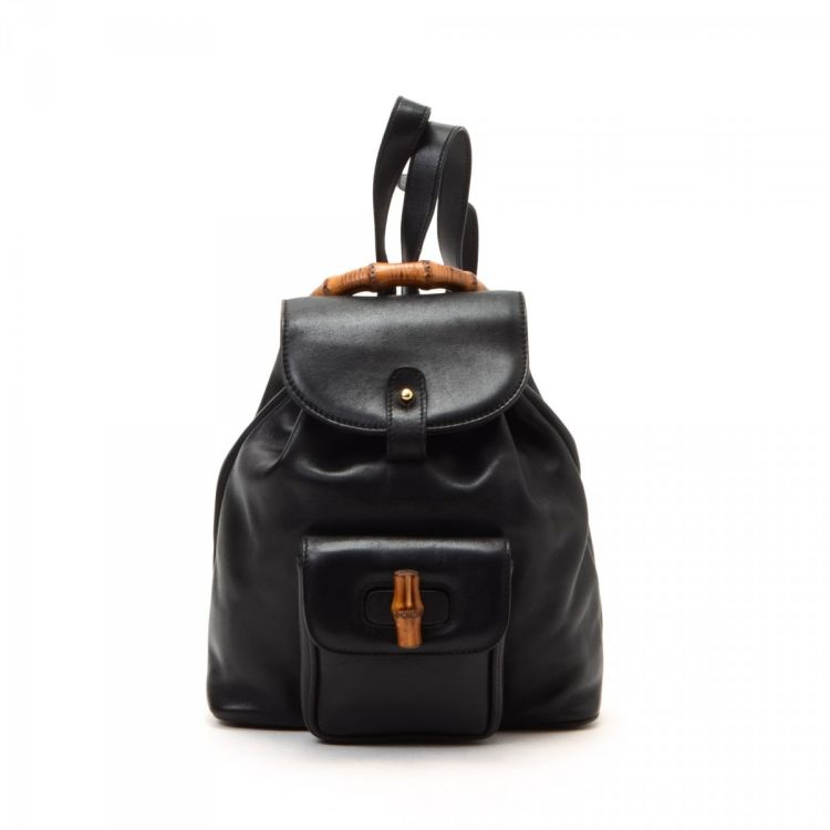 52d77f6e64c0 The authenticity of this vintage Gucci Bamboo Backpack travel bag is  guaranteed by LXRandCo. This signature duffel bag in black is made of  leather.