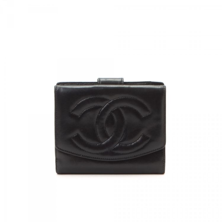 16837b2e10c2 LXRandCo guarantees the authenticity of this vintage Chanel CC Logo Compact  wallet. This classic compact wallet was crafted in lambskin in black.