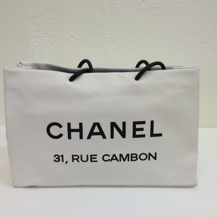a4d7e407ad0b The authenticity of this vintage Chanel Cambon Tote Bag shoulder bag is  guaranteed by LXRandCo. This elegant bag comes in white lambskin.