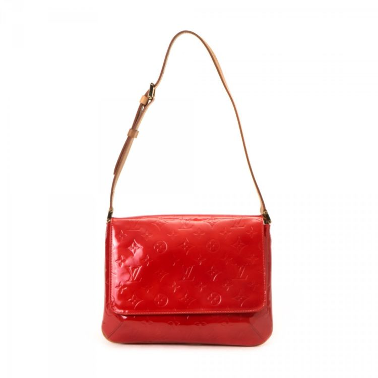 41f44d868712 LXRandCo guarantees the authenticity of this vintage Louis Vuitton Thompson  Street shoulder bag. Crafted in vernis patent leather