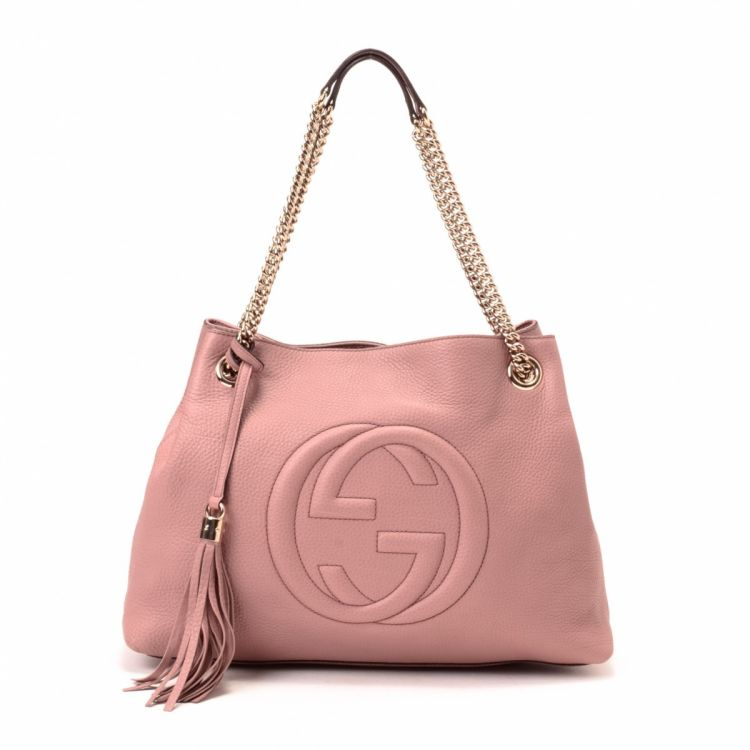 dff719c78 The authenticity of this vintage Gucci Soho tote is guaranteed by LXRandCo.  This exquisite tote comes in beautiful pink beige leather.