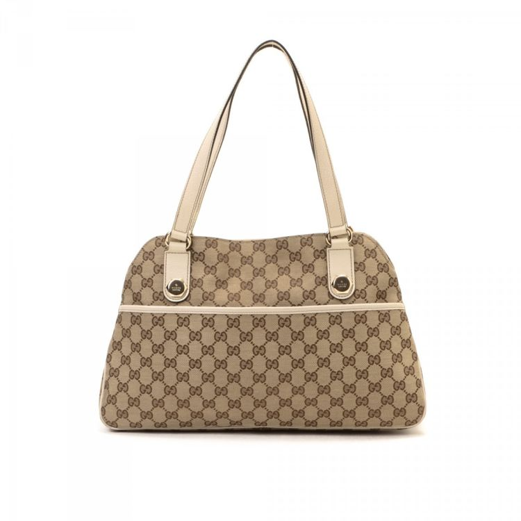 b3312eaba6c The authenticity of this vintage Gucci Charmy handbag is guaranteed by  LXRandCo. This elegant handbag was crafted in gg canvas in beige. Due to the  vintage ...