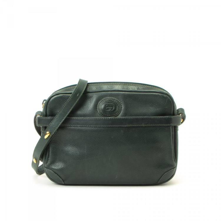 c080e9661e76 LXRandCo guarantees this is an authentic vintage Gucci Cross Body Bag  messenger & crossbody bag. This signature pocketbook in green is made of  leather.
