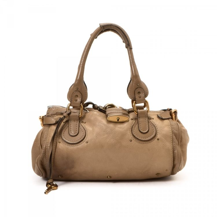 a3c47a8d61b0 LXRandCo guarantees the authenticity of this vintage Chloé Paddington  handbag. This practical purse in beautiful beige is made of leather.