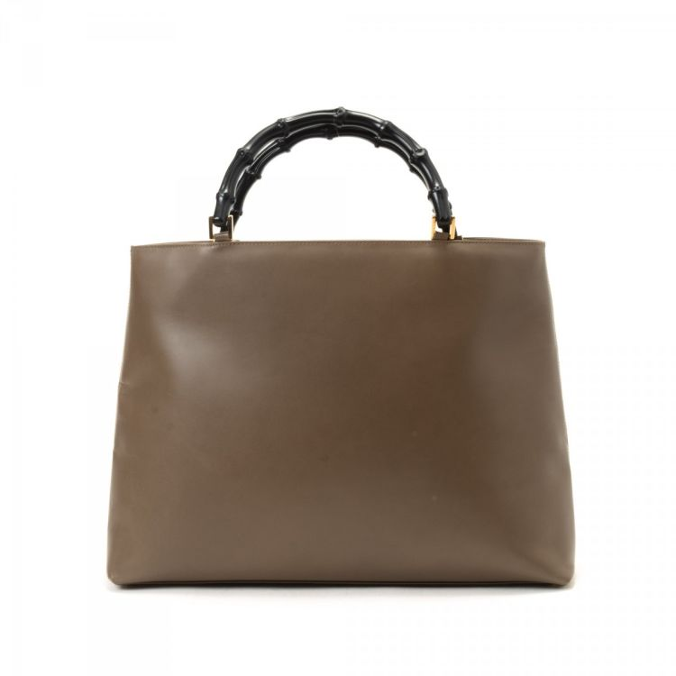 LXRandCo guarantees the authenticity of this vintage Gucci Bamboo handbag.  This refined bag was crafted in leather in brown. Due to the vintage nature  of ... 9b410a7acc25c