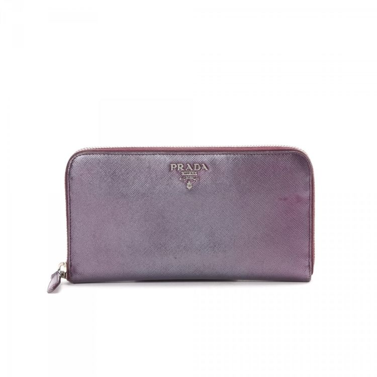 fbe300181954 The authenticity of this vintage Prada Long wallet is guaranteed by  LXRandCo. This luxurious coin purse in metallic purple is made in saffiano  calf.