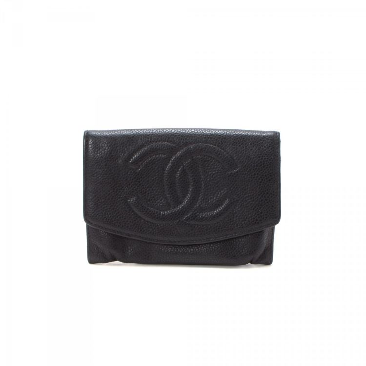 613c071900d4 The authenticity of this vintage Chanel Compact wallet is guaranteed by  LXRandCo. This exquisite card case was crafted in caviar calf in beautiful  black.