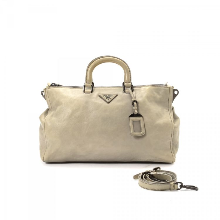 24e13959d576 The authenticity of this vintage Prada Two Way Bag tote is guaranteed by  LXRandCo. This refined large handbag comes in grey leather.
