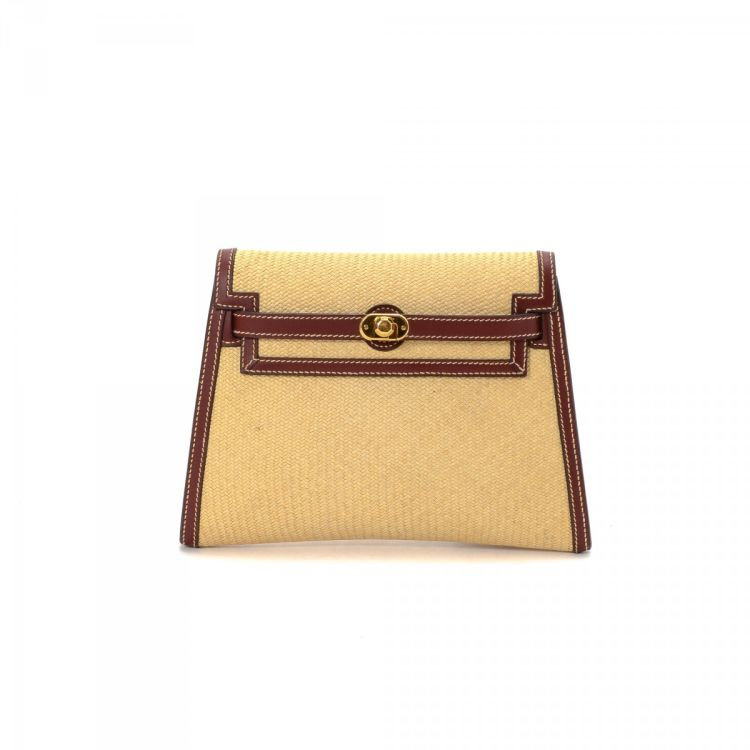 37cd5e6c9a04 The authenticity of this vintage Hermès Danse Kelly clutch is guaranteed by  LXRandCo. Crafted in straw