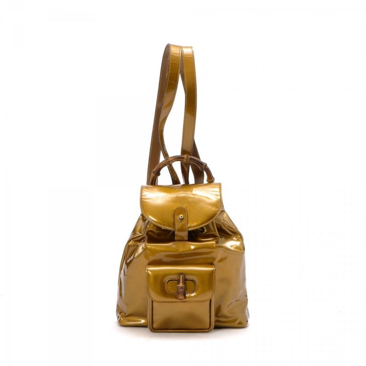 3212af62d54e LXRandCo guarantees the authenticity of this vintage Gucci Bamboo backpack.  This chic school bag comes in patent leather. Good condition  (AB)