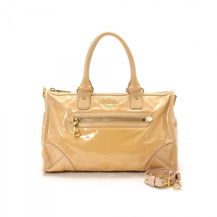 6d59ea2b79cf The authenticity of this vintage Prada Two Way Bag handbag is guaranteed by  LXRandCo. This luxurious bag comes in beautiful patent leather.