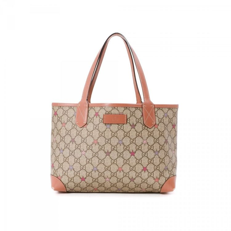 05bcd7c60a32 LXRandCo guarantees this is an authentic vintage Gucci tote. This stylish  work bag was crafted in gg supreme stars coated canvas in beautiful beige.