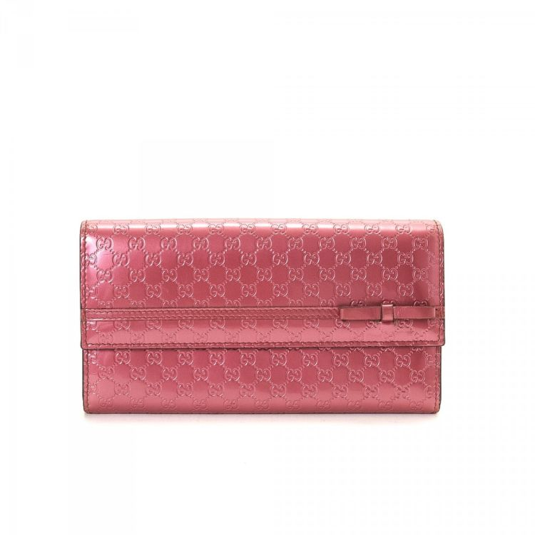 2e778fe49d2 LXRandCo guarantees this is an authentic vintage Gucci Patent  Microguccissima Bow Heart wallet. Crafted in gg leather