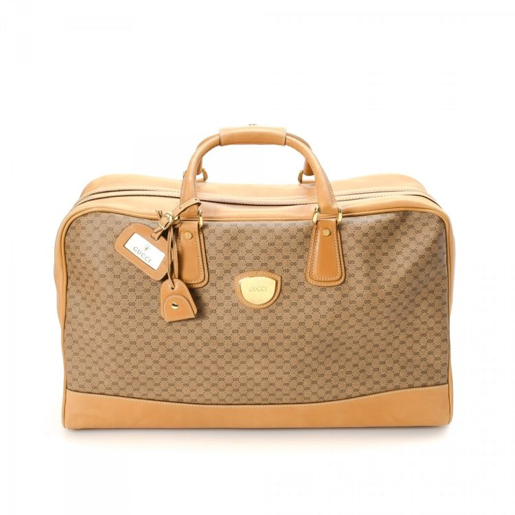 66ab1c90cb65 LXRandCo guarantees the authenticity of this vintage Gucci travel bag. This  sophisticated weekend bag was crafted in microguccissima leather in beige.
