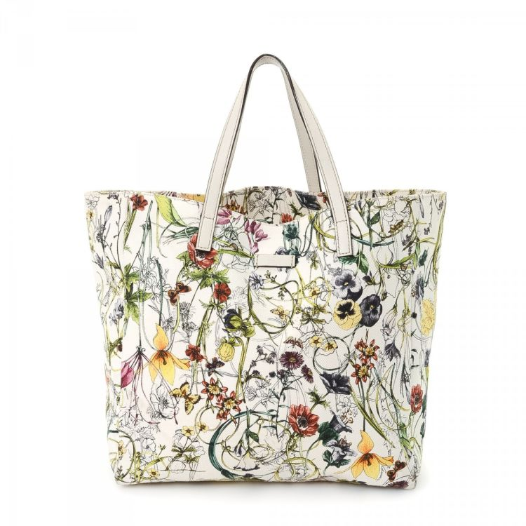 46b86070d091 LXRandCo guarantees the authenticity of this vintage Gucci Flora Bag tote.  Crafted in canvas, this elegant bag comes in white. Due to the vintage  nature of ...