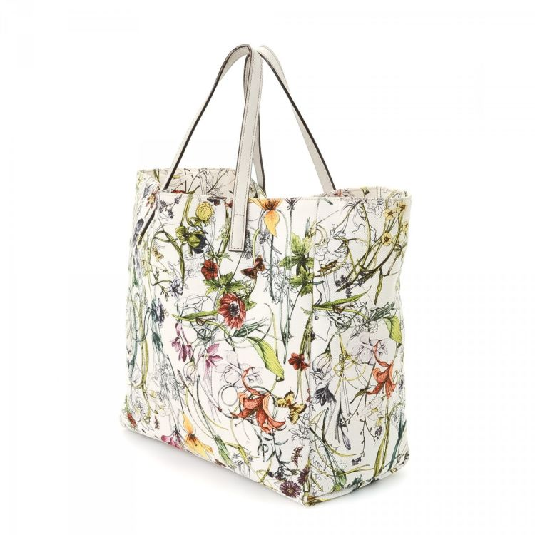 dd96657c2e74 LXRandCo guarantees the authenticity of this vintage Gucci Flora Bag tote.  Crafted in canvas, this elegant bag comes in white. Due to the vintage  nature of ...