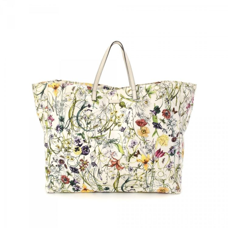b96f7f7965cc The authenticity of this vintage Gucci Flora Bag tote is guaranteed by  LXRandCo. This beautiful bag in ivory is made of canvas. Due to the vintage  nature of ...