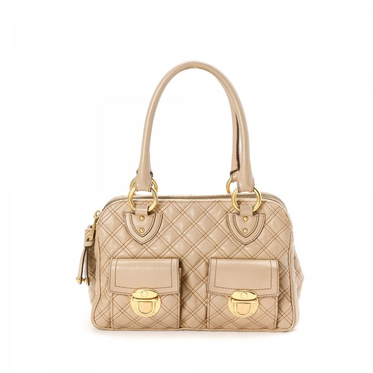 b6795969c3 LXRandCo guarantees this is an authentic vintage Marc Jacobs Quilted  shoulder bag. This practical pocketbook in beautiful beige is made of  leather.