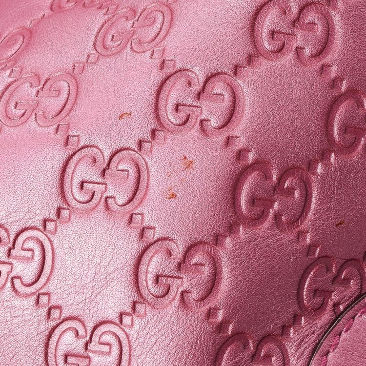0833254a5213 The authenticity of this vintage Gucci Heart Bit Bag tote is guaranteed by  LXRandCo. This stylish work bag in beautiful metallic pink is made in  guccissima ...