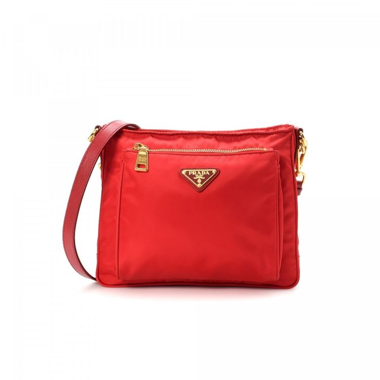 9031a2799e0b The authenticity of this vintage Prada shoulder bag is guaranteed by  LXRandCo. This refined purse in beautiful red is made of nylon.