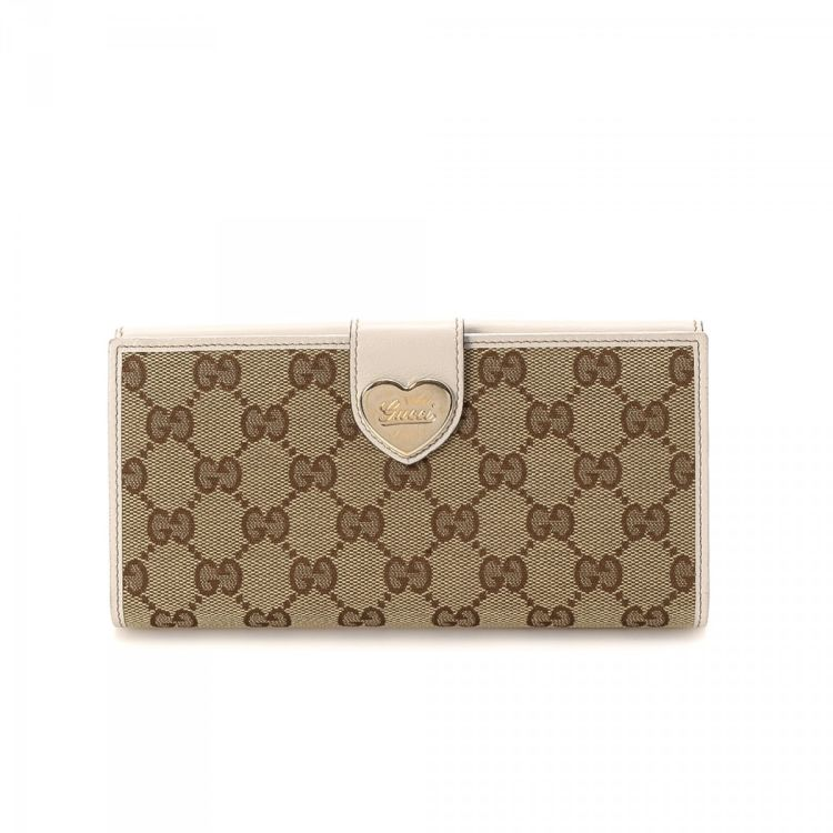 c2365133c984 LXRandCo guarantees the authenticity of this vintage Gucci Continental With  Engraved Gucci Script Logo Heart Detail wallet. This refined card case was  ...