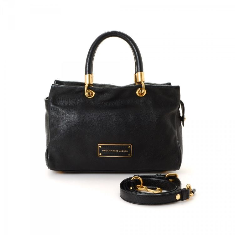 6ffec1bdaeb5 LXRandCo guarantees the authenticity of this vintage Marc by Marc Jacobs  Two Way Bag handbag. Crafted in leather