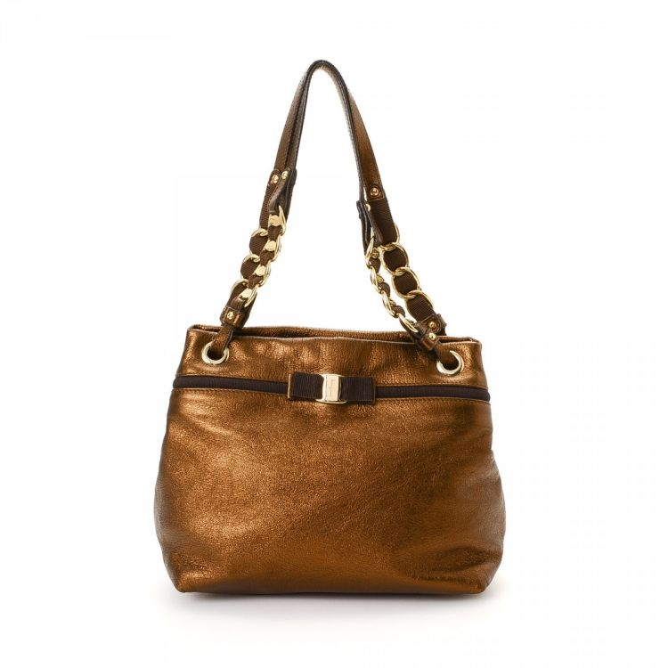 a2d45a712165 The authenticity of this vintage Ferragamo shoulder bag is guaranteed by  LXRandCo. This luxurious purse in beautiful bronze is made of leather.