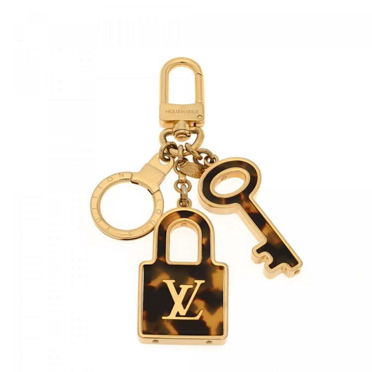 b29a64a5ff62 The authenticity of this vintage Louis Vuitton Confidence Key Ring Bag Charm  other accessory is guaranteed by LXRandCo. This practical accessory was  crafted ...
