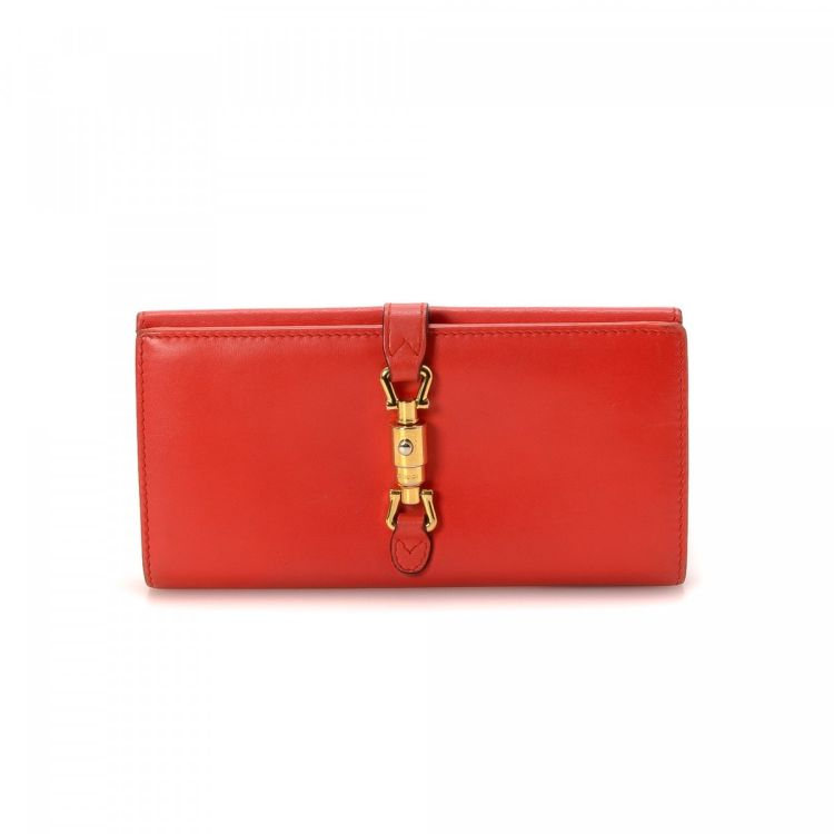 c2b74e44631 LXRandCo guarantees this is an authentic vintage Gucci Jackie wallet. This  stylish bifold was crafted in leather in beautiful red. Due to the vintage  nature ...