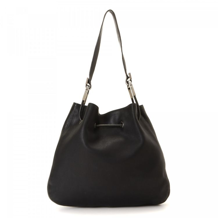 3bed5aa7a259 LXRandCo guarantees this is an authentic vintage Gucci shoulder bag. This  sophisticated shoulder bag in black is made of leather. Due to the vintage  nature ...