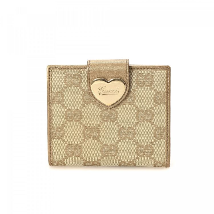 3828bdd31b8 The authenticity of this vintage Gucci Heart Compact wallet is guaranteed  by LXRandCo. This stylish billfold in beautiful beige is made in gg canvas.
