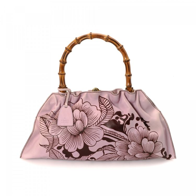 d22780a47f7d91 The authenticity of this vintage Gucci Floral Bamboo handbag is guaranteed  by LXRandCo. This stylish pocketbook was crafted in leather in beautiful  pink.