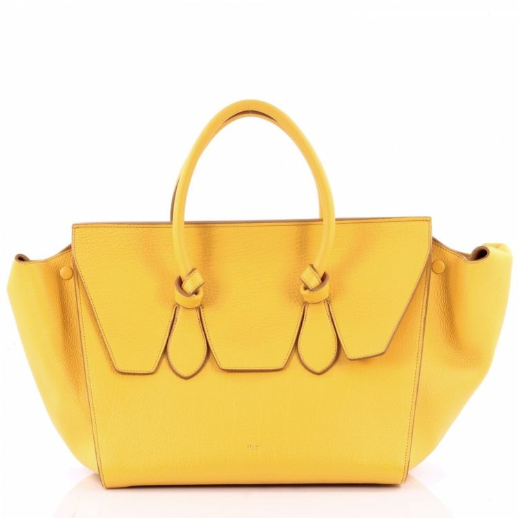 The authenticity of this vintage Céline Tie Knot Tote Grainy Large handbag  is guaranteed by LXRandCo. Crafted in leather, this exquisite handbag comes  in ... 4a7148a8dc