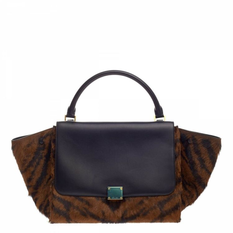 a3077cfb94cc LXRandCo guarantees this is an authentic vintage Céline Trapeze Handbag  Pony Hair Medium shoulder bag. This chic bag comes in brown horsehair.