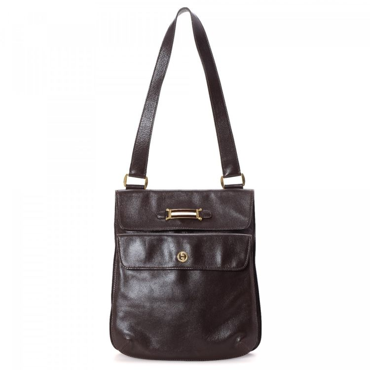 b858c8b4ae5 The authenticity of this vintage Gucci shoulder bag is guaranteed by  LXRandCo. This chic bag in beautiful brown is made of leather.
