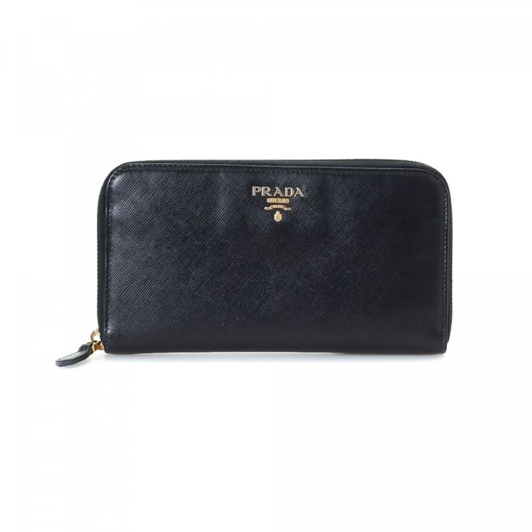 010879013a22 LXRandCo guarantees the authenticity of this vintage Prada Zip wallet. This  elegant compact wallet was crafted in saffiano leather in beautiful black.