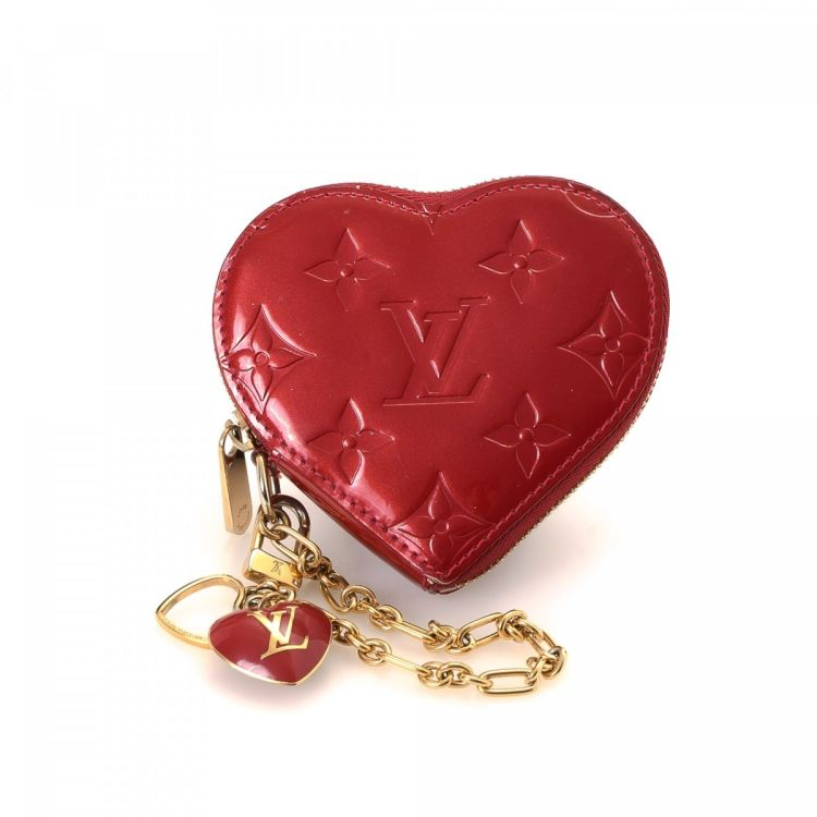 06b4e1397 ... is an authentic vintage Louis Vuitton Heart Coin Case wallet. Crafted in  vernis patent leather, this exquisite compact wallet comes in pomme d'amour.