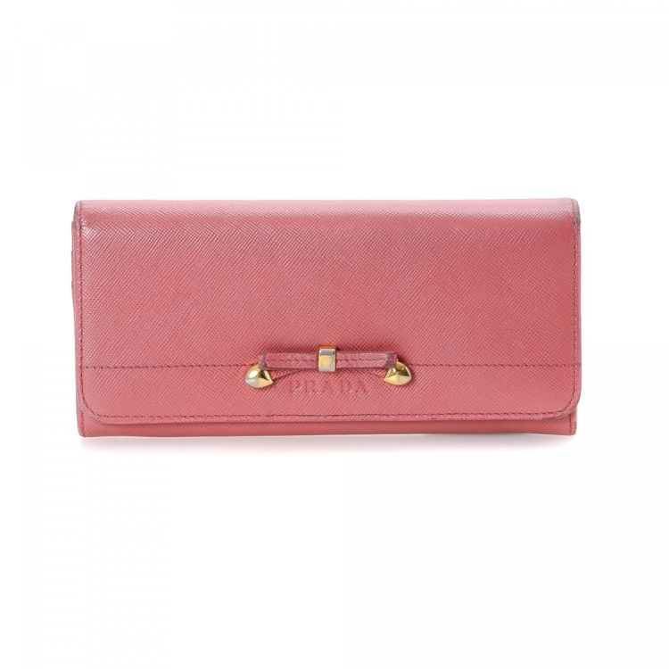 c5b51f4c8d4c LXRandCo guarantees the authenticity of this vintage Prada wallet. Crafted  in saffiano leather, this classic billfold comes in pink.