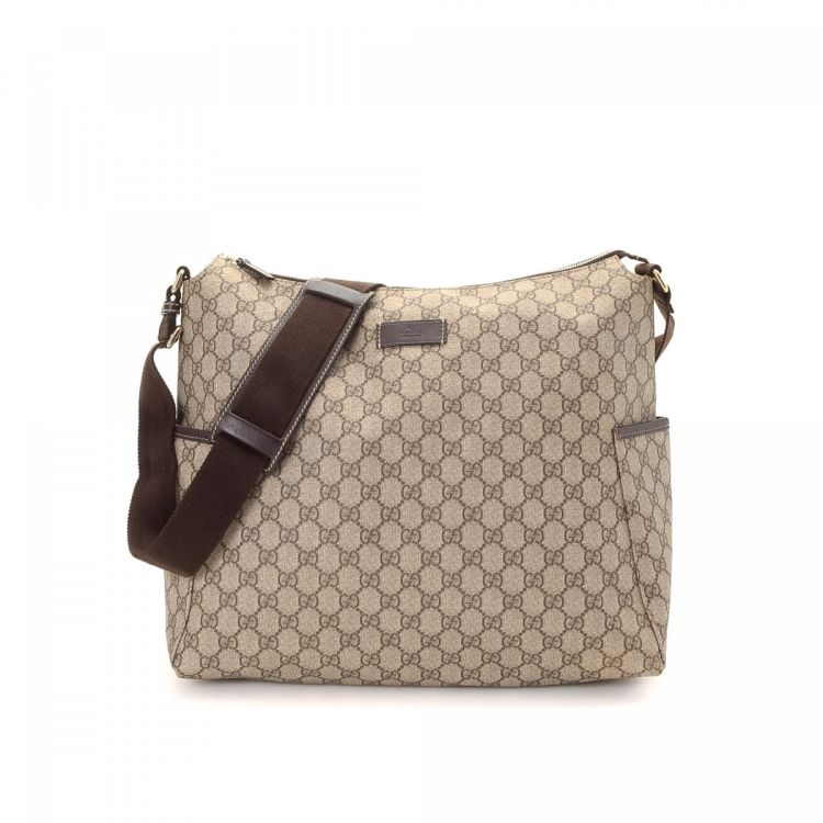 dc26be20d98 LXRandCo guarantees the authenticity of this vintage Gucci Messenger Bag  messenger   crossbody bag. This stylish hobo bag in beautiful beige is made  in gg ...