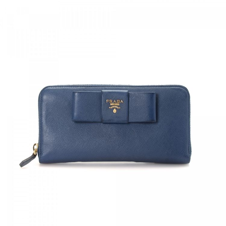 729b459e99f2 The authenticity of this vintage Prada Bow wallet is guaranteed by LXRandCo.  This exquisite card holder was crafted in saffiano leather in navy.