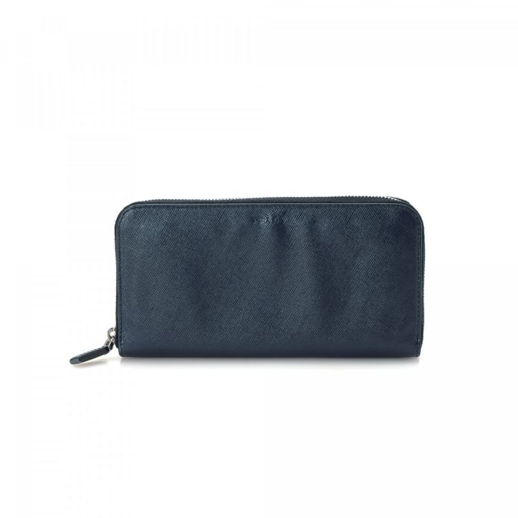 909ee63548fe The authenticity of this vintage Prada Zip Around wallet is guaranteed by  LXRandCo. Crafted in saffiano leather, this sophisticated bifold comes in  navy.