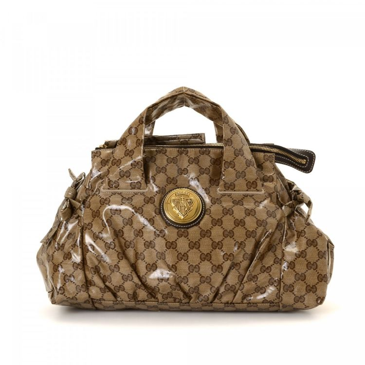 c5367ad520f1 The authenticity of this vintage Gucci Hysteria tote is guaranteed by  LXRandCo. This luxurious large handbag in beige is made in gg crystal  coated canvas.